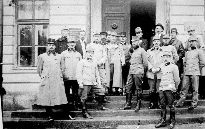 Рудольф Вайґль увійськовій лабораторії, Перемишль (професор стоїть четвертий зліва). 1914 рік
