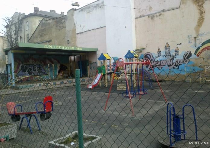 Дитячий майданчик на місці зруйнованих рухом військової техніки будинків на вул. Чорноморській.