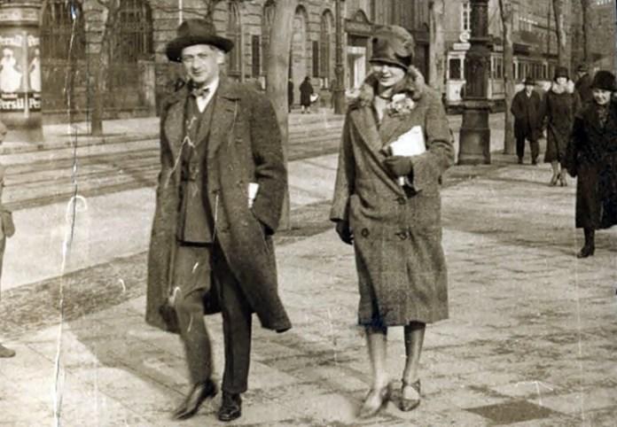 Йозеф Рот в Парижі в 1925 році ( джерело фото http://www.nybooks.com/articles/2011/12/22/joseph-roth-going-over-edge/)