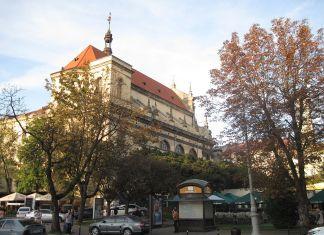 Сучасний вигляд костелу єзуїтів (гарнізонний храм Петра й Павла) з проспекту Свободи