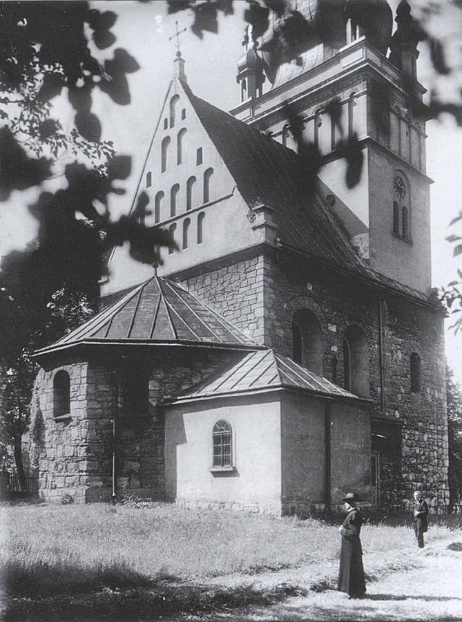 На подвір'ї церкви святої Параскеви П'ятниці, 1920-ті