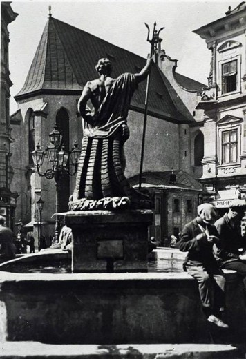 Фонтан «Нептун», біля ніг статуї розмістився дельфін. 1939 рік