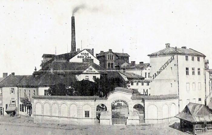 2.Фабрика Бачевських, між 1918-1939 рр. Джерело: http://haidamac.org.ua/2012/03/ln-baczewski/