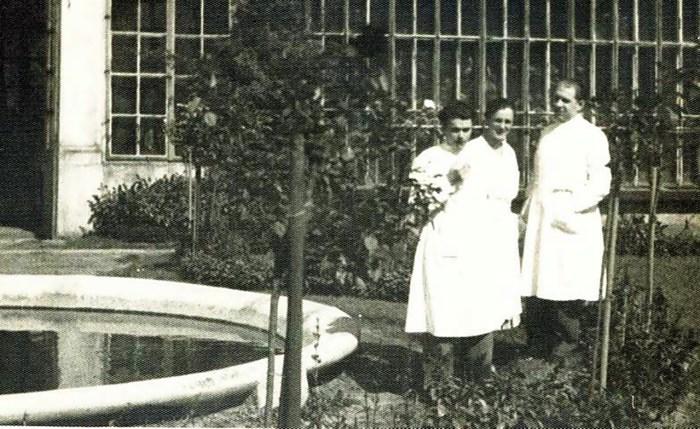 На подвір'ї ботанічного саду. Фото 1920-х років