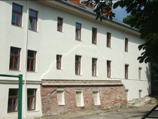 Залишки третьої лінії оборони та босацької хвіртки на фасаді школи №8 на вул. Винниченка