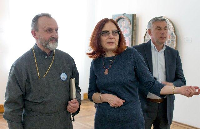 Куратор виставки Марія Гелитович показує владиці Ігору експозицію ікон