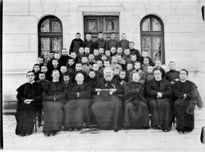 Митрополит Андрей Шептицький серед редемптористів та учнів збоїщанської малої семінарії