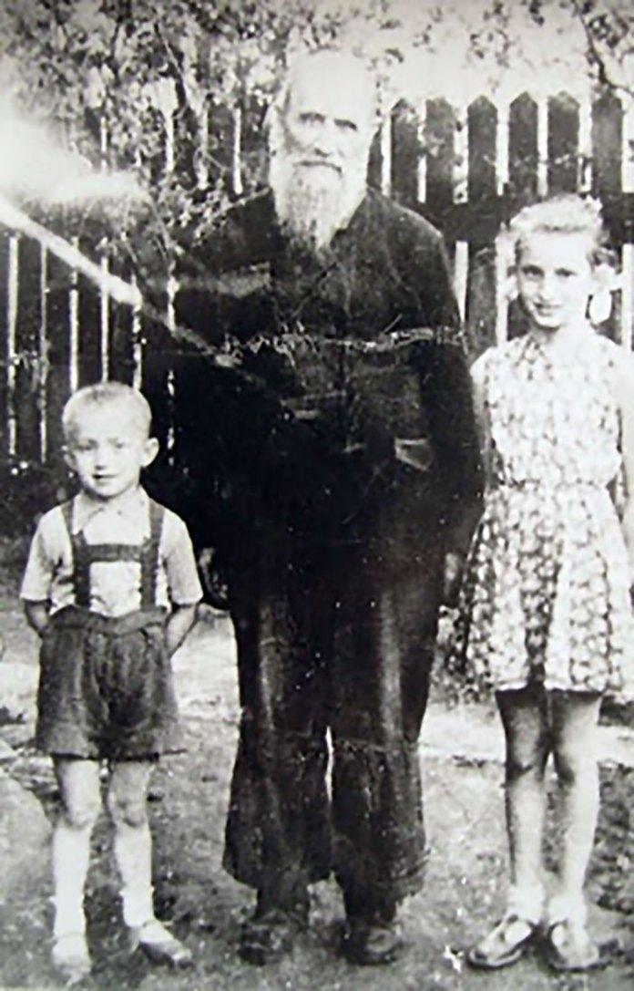 Владика Миколай Чарнецький із сусідськими дітьми, 1958 р. - http://papastronsay.blogspot.com/2009_04_01_archive.html