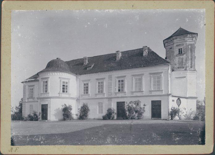 Замок в Мурованому, вигляд на початок 20 ст. Фото 1905 року