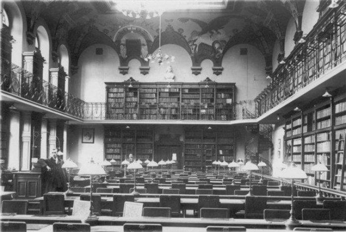 Інтер'єр університетської бібліотеки на вул. Драгоманова 5. Фото 1905 року