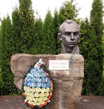 Пам'ятник Степану Бандері біля садиби-музею, с. Воля-Задеревацька. Фото: Патер Анастасії