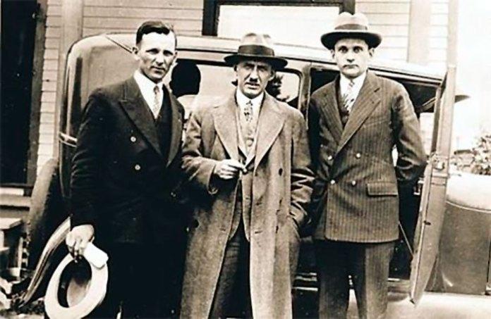 Євген Коновалець (у центрі) зі соратниками