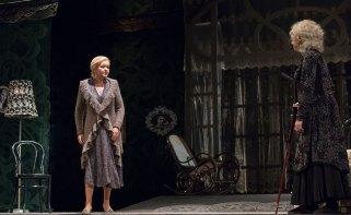 Сцена з вистави «Жіночий дім»