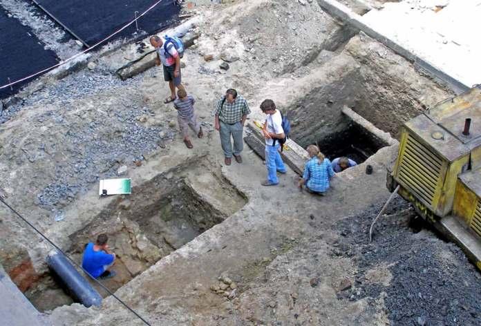 Розкопи на вулиці Руській у 2002. Фотоматеріали з експедиції Археологічно-архітектурної служби: Юрій Лукомський