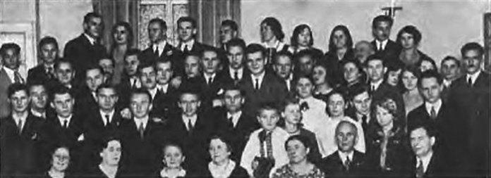 З'їзд членів Союзу українських пластунів-еміґрантів в Празі, 27 листопада 1932 р. Р. Мирович стоїть першим зліва у другому ряду (зі сайту http://selodubainfo.wix.com/duba#!-/clx6)
