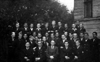 Клас ІІІ-А української гімназії в Станіславі, 1939 р. Маріян Ґавдяк сидить посередині у першому ряді (зі сайту http://gimnazia1.if.ua/uk/istoriia-ta-suchasnist/1-istoriia-himnazii.html)