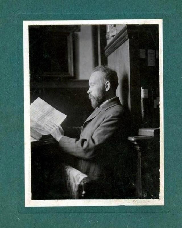 Казимеж Твардовський під час роботи за викладацьким столом