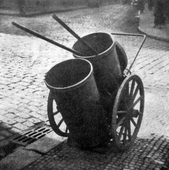 Роман Мирович. Сміттярка на вулиці, Прага, поч. 1930-х рр. (Світло й Тінь. – 1933. – Ч. 2)