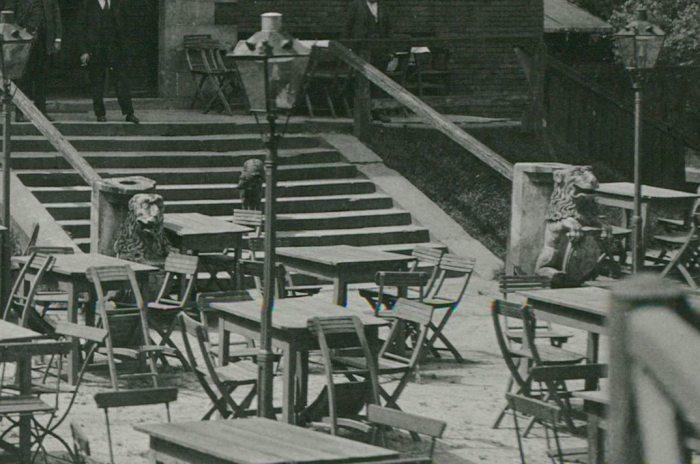 Збільшений фрагмент фотографії із зображенням левів біля входу до ресторану на Високому Замку.