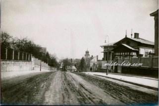 Будинок по правому боці вулиці В. Понінського, сьогодні не існує. На фото видно зліва від дороги дах будинку І. Франка, а також теперішні будівлі №127 та №123. Фото 1925 року