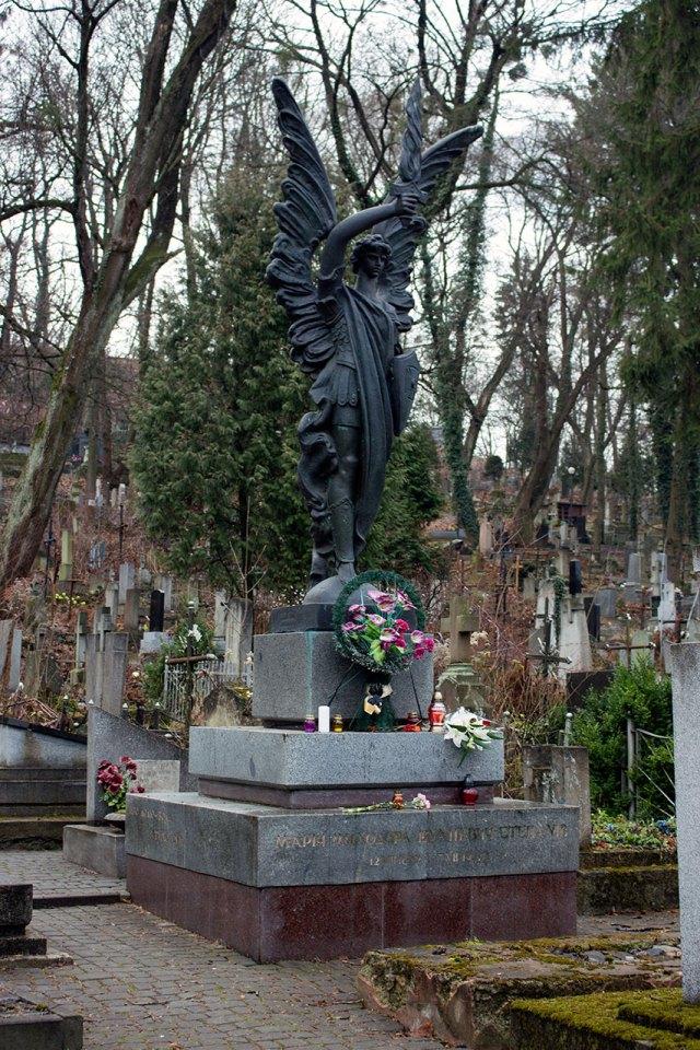 Могила Олени Степанів на Личаківському цвинтарі
