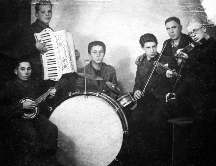 Оркестра містечка Олесько. Михайло Сумик (перший з ліва)