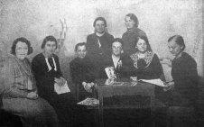 Редакційна колегія журналу «Нова Хата». В окулярах сидить Лідія Бурачинська, 1934 р. (Нова Хата. – 1934. – Ч. 12)