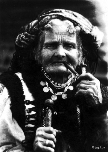Микола Сеньковський. Стара гуцулка, 1926 р. (Марія Кречунєк (Чукутиха) (зі сайту http://gig.if.ua)