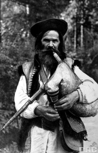 Микола Сеньковський. Дудар Козьма Михайлюк, Косів, 1931 р. (зі сайту http://audiovis.nac.gov.pl)