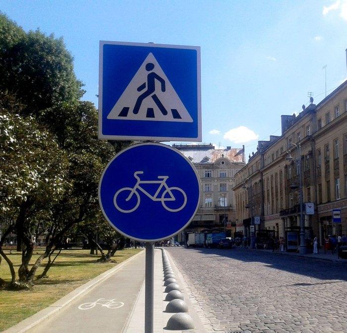 Сучасні дорожні знаки на проспекті Свободи. Фото Марія Чайківська.