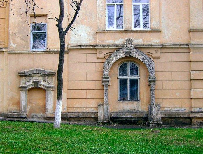 Чиншова кам'яниця на ділянці Дідушицького – житловий будинок №17, у бічній стіні якого вмуровано кам'яний портал і ймовірно вікно, у кілька разів старші за сам будинок