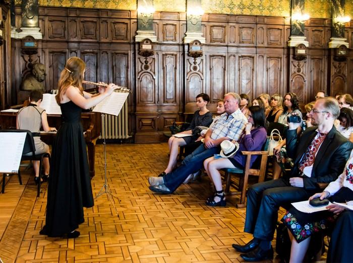 Наталія Кожушко та Світлана Позднишева виконують Фантазфю на дві українські теми для флейти та фортепіано. Фото: Ксенія Янко