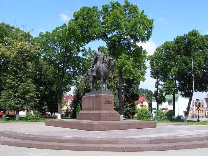 "Данило ""тікає в Угри"". Пам'ятник Данилу в Галичі. Фото з https://uk.wikipedia.org"