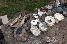 Супутні предмети, знайдені під час розкопок масових людських захоронень у подвір'ї Національного музею-меморіалу «Тюрма на Лонцького»