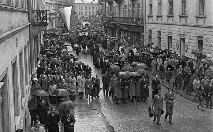 Траурна процесія з тілом Олекси Новаківського прямує до Личаківського цвинтаря. Львів, 31 серпня 1935 р.
