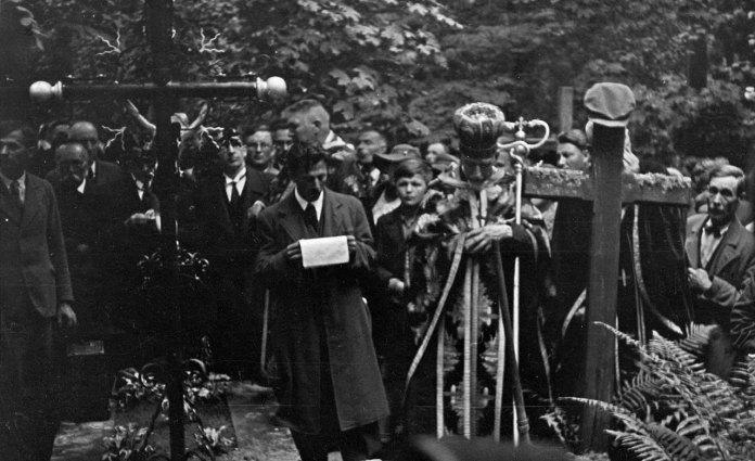 Отець Базюк біля могили Олекси Новаківського. Личаківський цвинтар, 31 серпня 1935 р.