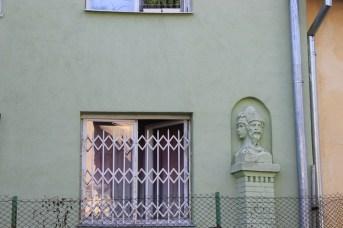 Залишки огорожі вілли Збєжховського з боку вул. Харківської (вмурований у стіну будівлі фрагмент)