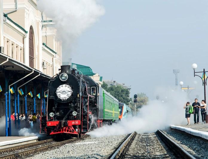 Ретро-потяг прибуває на вокзал в Івано-Франківську. Фото: Ксенія Янко