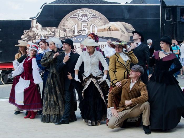 Актори позують на тлі паровоза. Фото: Ксенія Янко