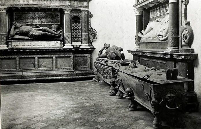 На задньому плані поховання Миколи Сенявського у костелі міста Бережани