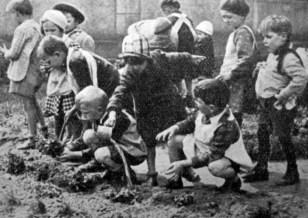 Діти львівського дошкілля при заняттю в городці, 1938 р. Фото Я. Савки (Українське Дошкілля. – 1938. – Ч. 4)