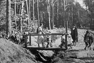 Обережно через кладку… Дітки захоронки на прогулянці, 1938 р. Фото Я. Савки (Українське Дошкілля. – 1938. – Ч. 5)