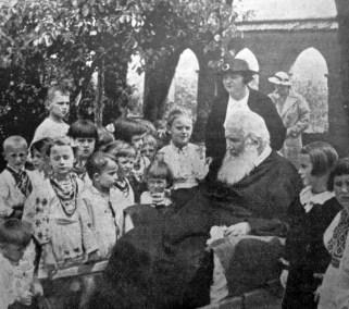 Митрополит Андрей серед дітвори «Української Захоронки», 1938 р. Фото Я. Савки (Українське Дошкілля. – 1938. – Ч. 1)