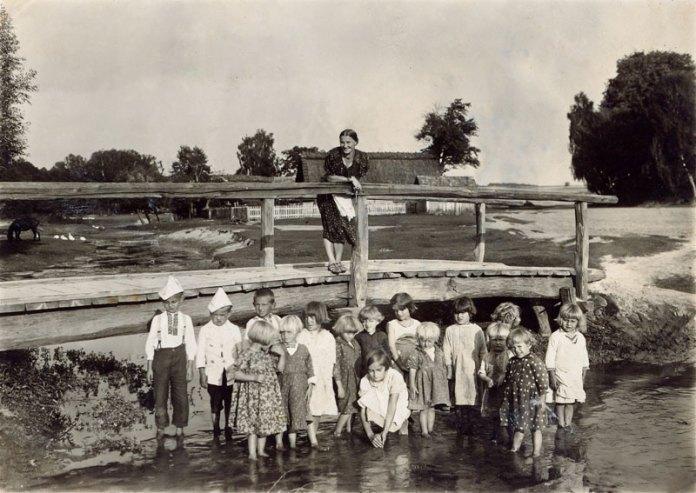 Вихователька Марія Піскорська з дітками на Деревацькому потоці