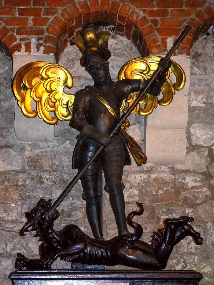Скульптурна композиція «Архистратиг Михайло перемагає сатану»