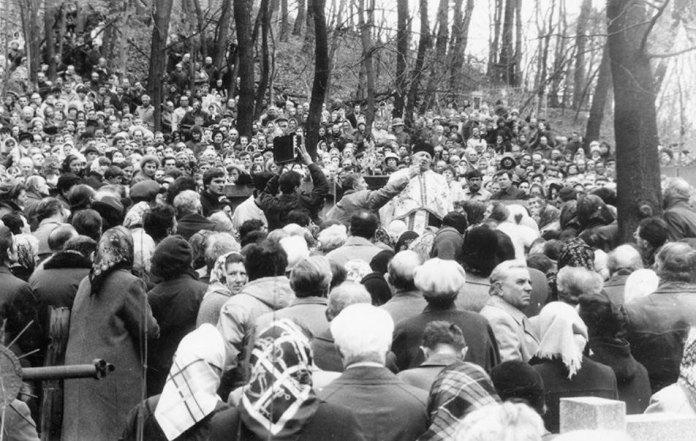 Отець Василь Михайлюк проповідує на могилі свого святителя Кир Миколая Чарнецького. Личаківський цвинтар, 1989 р.