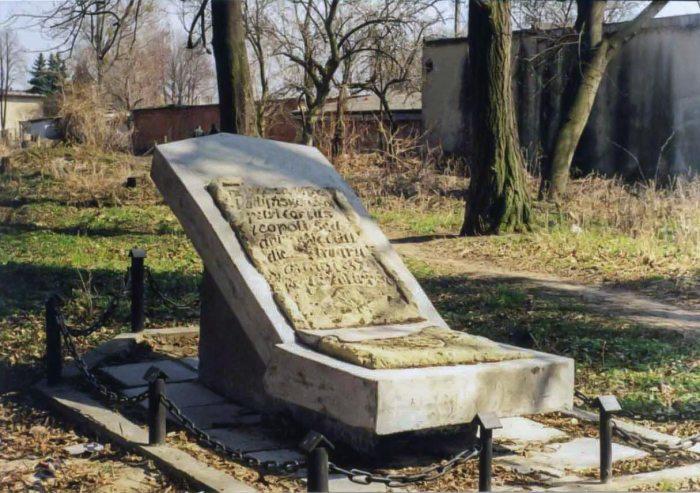 Пам'ятна плита пані Льодинської 1837 р. Світлина Ю. Токарського, 2004 р