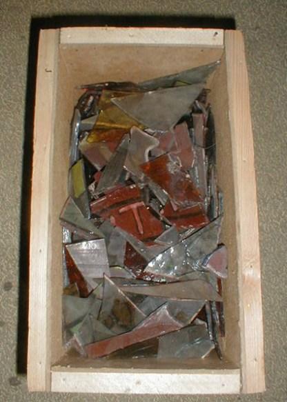 Скриня зі склом з вітражів, знайдена в підземеллях Вірменської церкви, фот. А.Мацєй