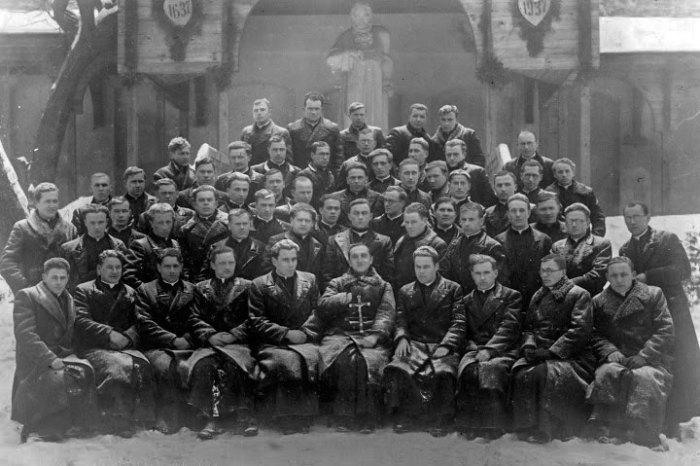 Отець Роман Бахталовський (сидить у першому ряді посередині) з семінаристами. 1920 – 1930-ті рр
