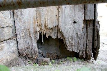 Знищені елементи конструкцій вівтаря. Фото – А. Казберук
